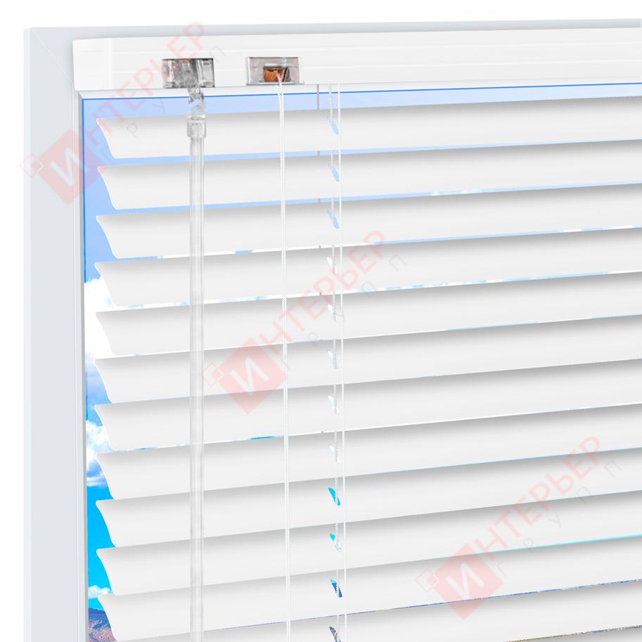 Горизонтальные алюминиевые жалюзи на пластиковые окна Белые