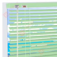 Горизонтальные алюминиевые жалюзи на пластиковые окна - цвет бело-зеленый